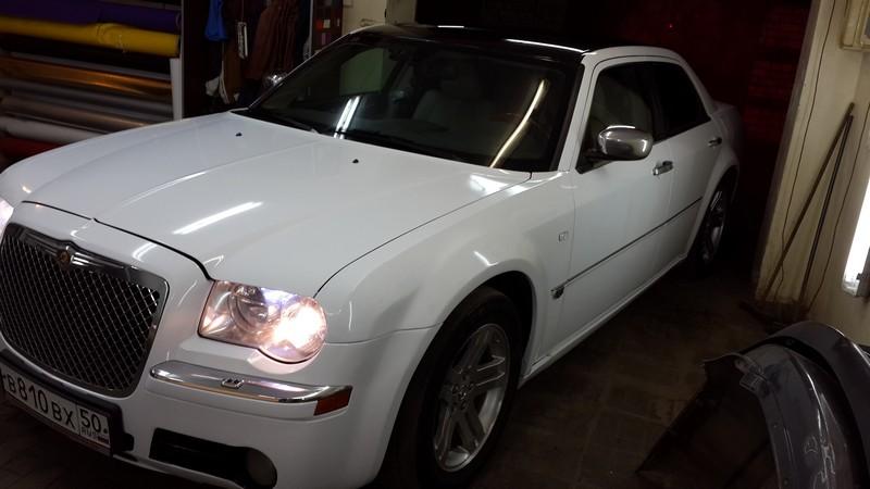 Оклейка автомобиля Chrysler 300C глянцевой пленкой премиум класса — 19.04.2014