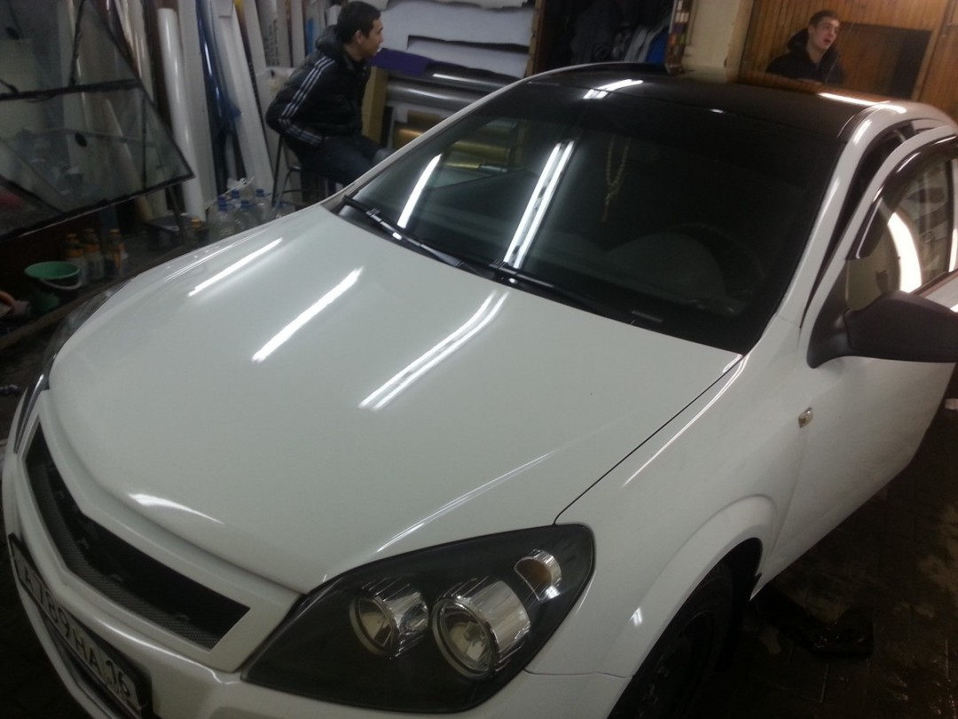 Opel Astra H — оклейка крыши черной глянцевой пленкой премиум класса, тонировка фонарей — 07.12.2014