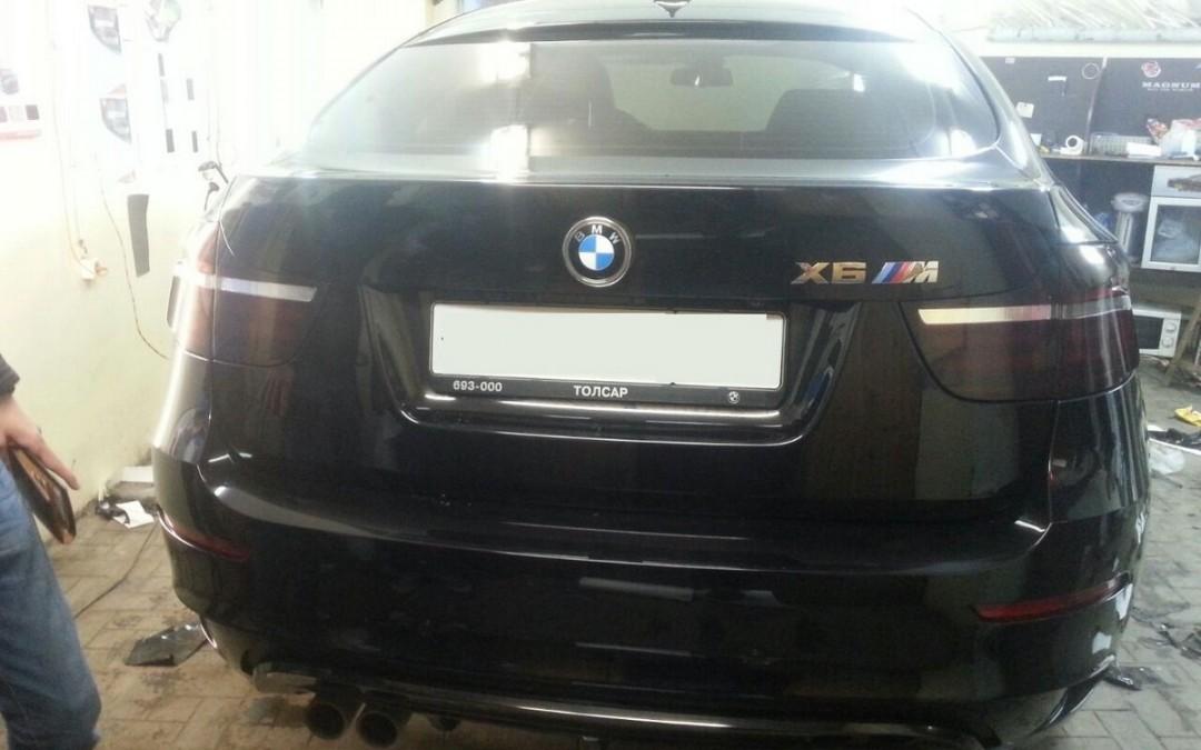 BMW X6M — оклейка хром элементов черной глянцевой пленкой премиум класса, тонировка задних фонарей