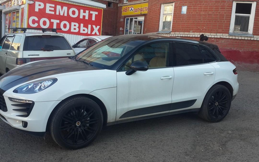 Porsche Macan — оклеили стойки в черный глянец