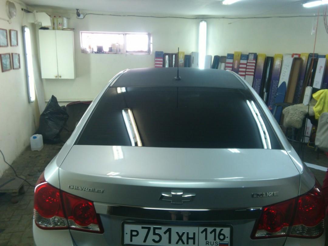 Седан Chevrolet Cruze — оклейка крыши пленкой черная алмазная крошка, цена 2000 руб.