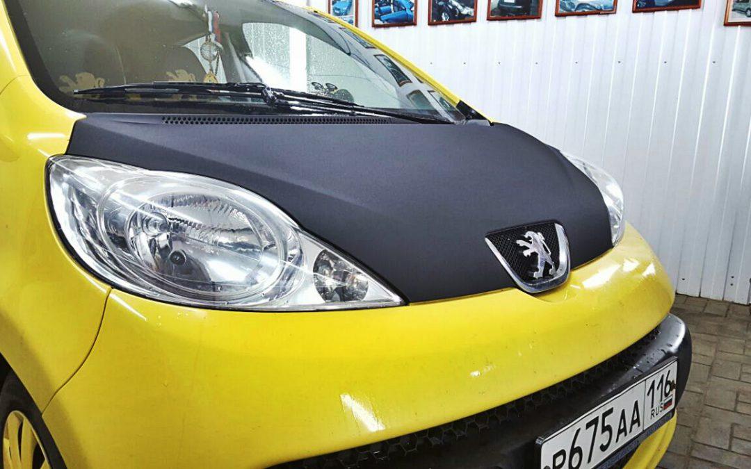 Оклейка капота пленкой черная алмазная крошка — Peugeot 107