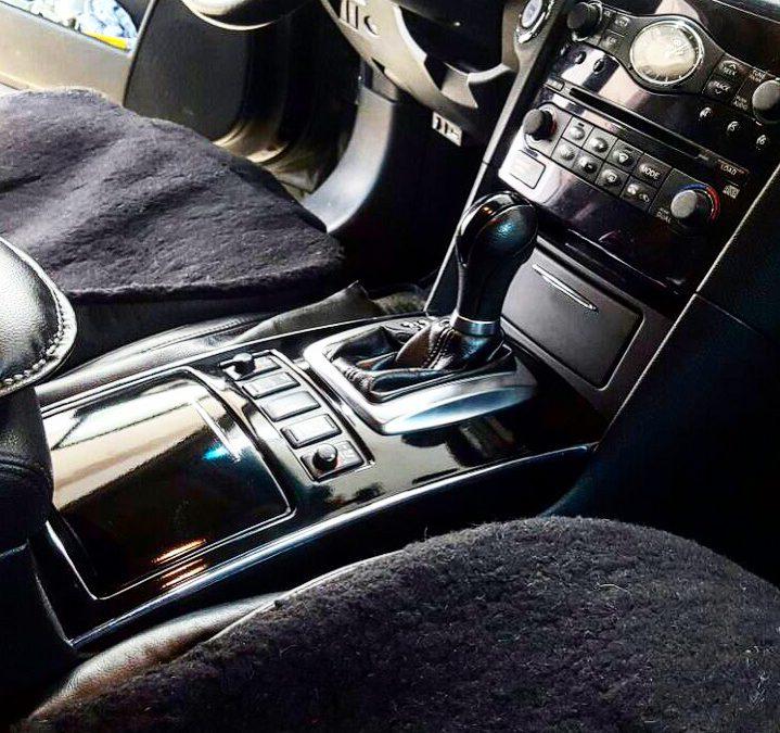 Элементы интерьера авто оклеены чёрной глянцевой пленкой КПМФ — Infiniti FX
