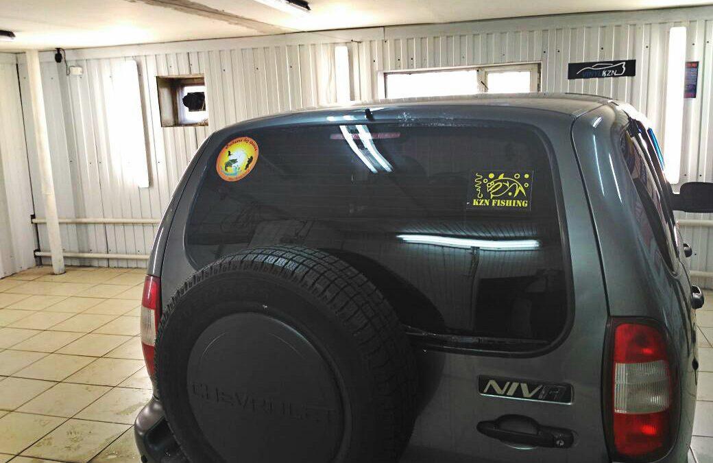 Тонировка стекол автомобиля Chevrolet Niva — цена 2 000 руб.