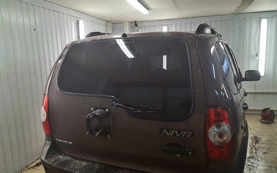 Тонировка задней части авто пленкой Armolan Onyx — Chevrolet NIVA