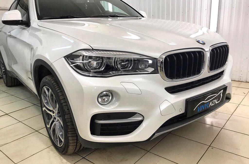 Бронирование антигравийной полиуретановой плёнкой HEXIS BodyFence передней части автомобиля и тонировка — Llumar BMW X6