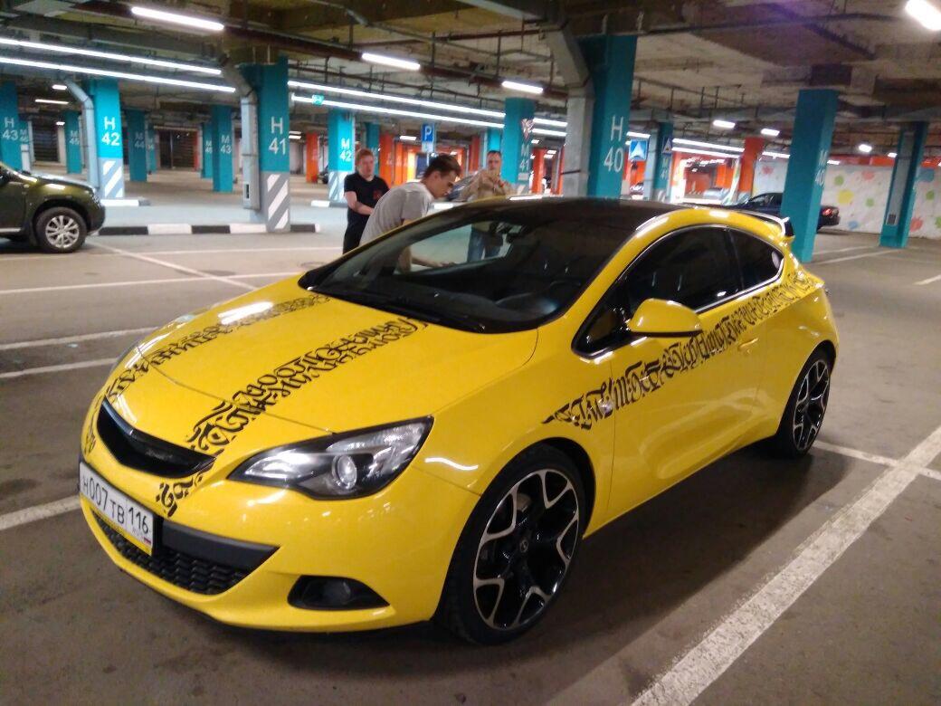 Оклейка крыши черной глянцевой пленкой KPMF и тонировка фар — Opel Astra