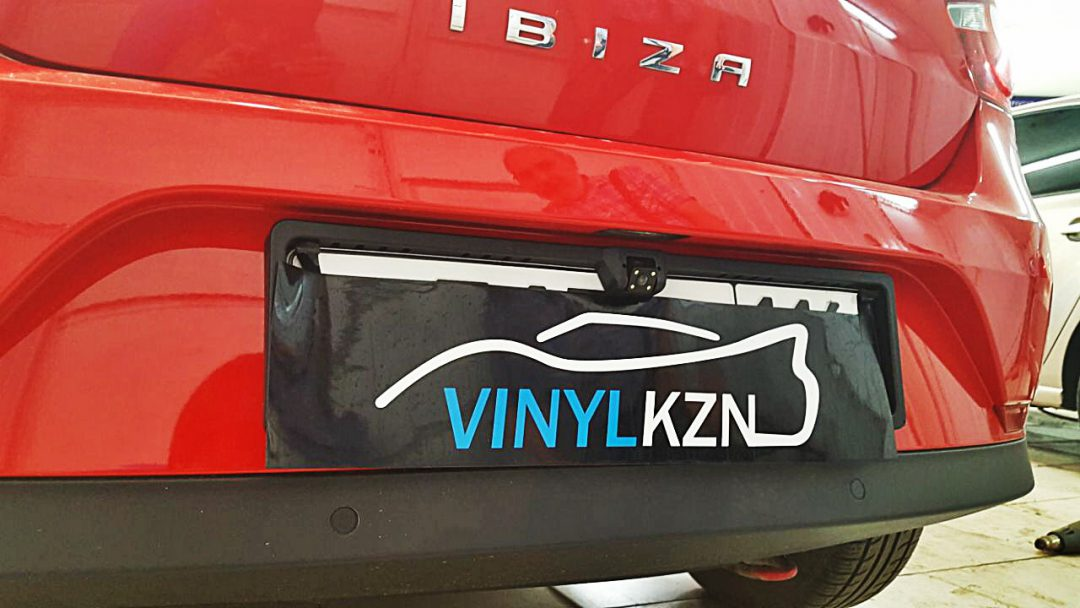 Установили камеру заднего вида с монитором на зеркало Seat Ibiza