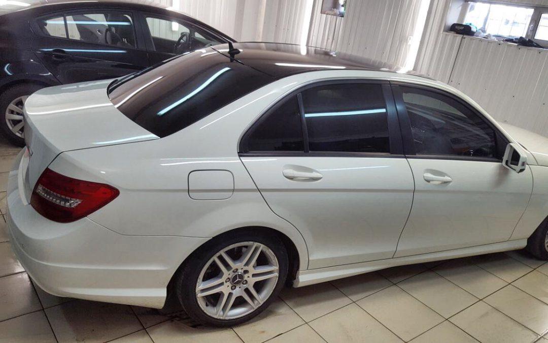 Тонировка Llumar задние 95%, передние бока 50%, лоб 30% и крыша оклеена чёрной глянцевой плёнкой KPMF — Mercedes C-klass