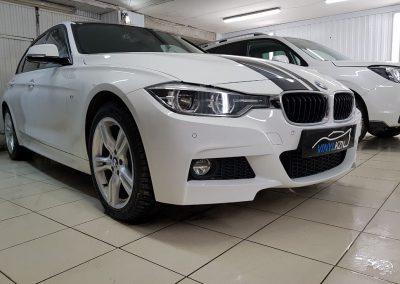 Защитили кузов пленкой Hexis Bodyfence, тонировка Llumar 95%, оклейка крыши и полос на капот чёрной глянцевой пленкой КПМФ, тонировка фар — BMW 3