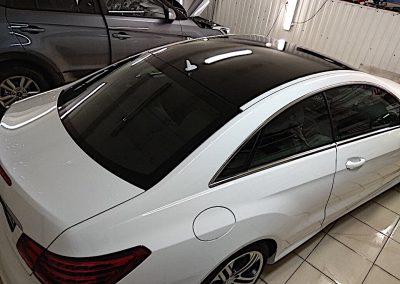 Оклейка крыши чёрной глянцевой пленкой KPMF — Mercedes E klass