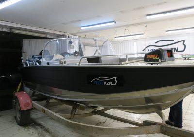 Оклейка катера пленкой с имитацией карбона