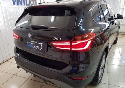 Бронирование передней части и зоны риска антигравийной плёнкой, тонировка 15% светопропускания — BMW X1
