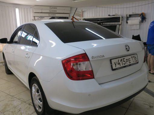Тонировка пленкой Carbon автомобиля Skoda Rapid