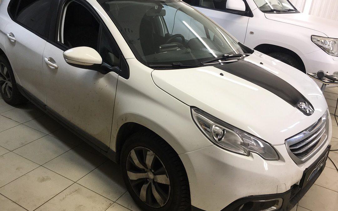 Тонировка задней части авто, оклейка, части багажника и капота черной глянцевой пленкой — Peugeot 2008