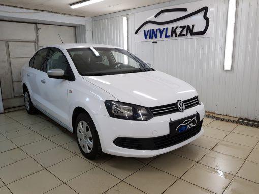 Оклейка автомобиля Volkswagen Polo белой глянцевой пленкой для такси