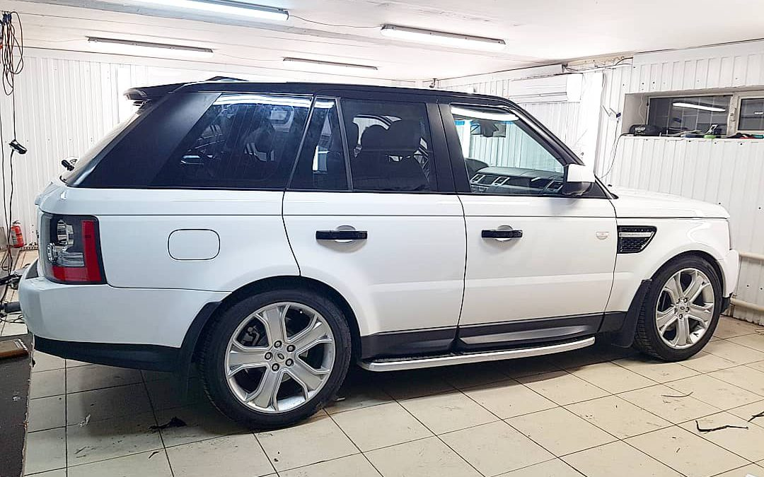 Оклеили крышу и всю верхнюю окантовку черным глянцем от британцев KPMF — Range Rover Sport