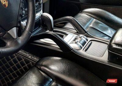 Оклейка декорированной детали салона черным-угольным оттенком пленки KPMF — Porsche Cayenne