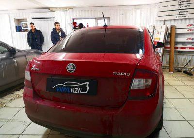 Тонирование задней части автомобиля пленкой в 95% затемнения — Skoda Rapid
