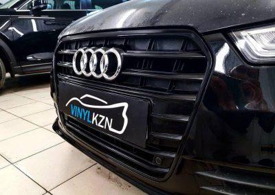 Оклейка хрома на решетке радиатора глянцевой пленкой Avery, американского производства — Audi A6