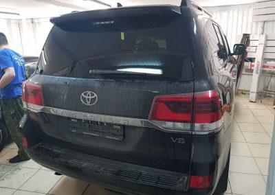 Бронирование всей передней части автомобиля Toyota Land Cruiser 200 пленкой HEXIS с лаковым слоем и тонировка стекол пленкой Llumar