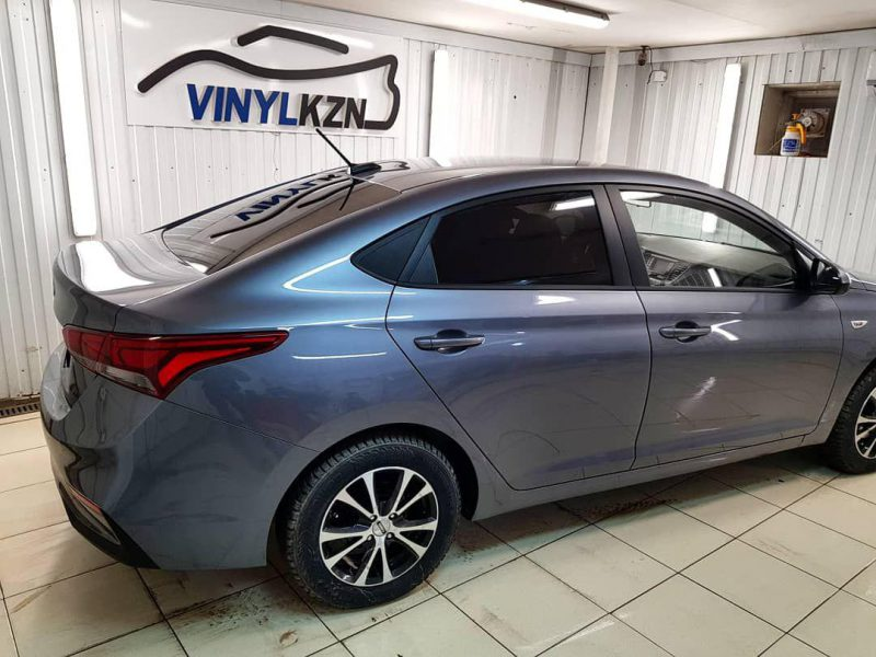 Тонировка задней части авто пленкой Carbon — Hyundai Solaris