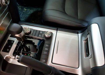 Оклейка деталей салона автомобиля Toyota Land Cruiser 200 защитной полиуретановой пленкой Hexis