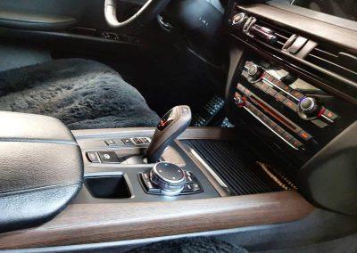 Оклеили весь серебристый пластик салона BMW X5 под дерево