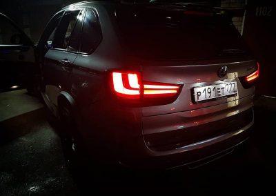Оклейка крыши черной глянцевой пленкой, затемнение оптики, тонировка задних фа автомобиля — BMW X5M