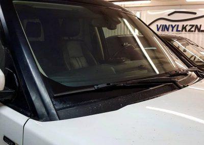 Land Rover Discovery — тонировка стекол атермальной пленкой, оклейка крыши в черный глянец