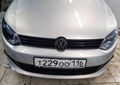 Снятие хрома в процессе, на данном этапе оклеили решетку в черный глянец и так же окантовку противотуманок — VW Polo