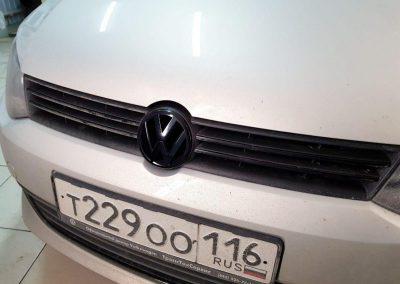 Оклеили решетку в черный глянец и все хромированные элементы передней части — VW Polo
