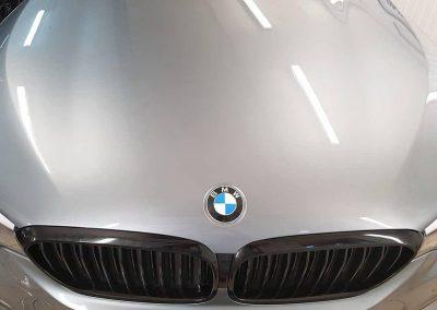 Оклейка хромированной окантовки решетки радиатора чёрным глянцем — BMW 5 серии