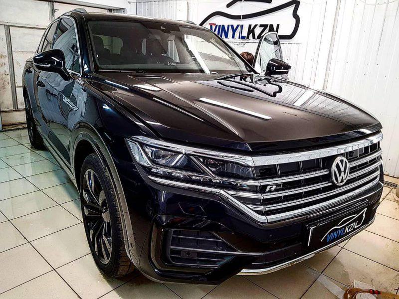 Бронирование передней части и погрузочной области полиуретановой пленкой, скрытая проводка антирадара, тонировка — VW Touareg 2019