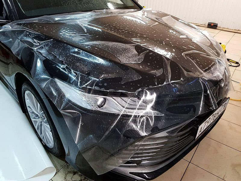 Toyota Camry — забронировали капот и места под ручками пленкой Oraguard