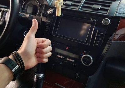 Оклейка центральной консоли черной-глянцевой пленкой — Toyota Camry V50