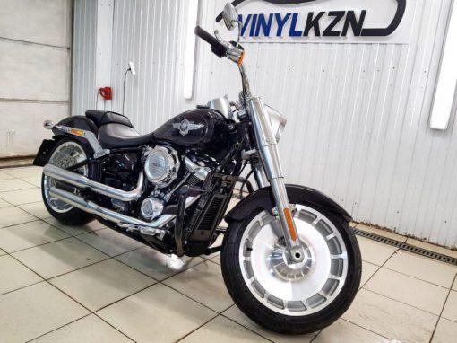 Забронировали полиуретановой пленкой HEXIS Bodyfance бак и заднее крыло, предварительно все отполировав —  Harley-Davidson