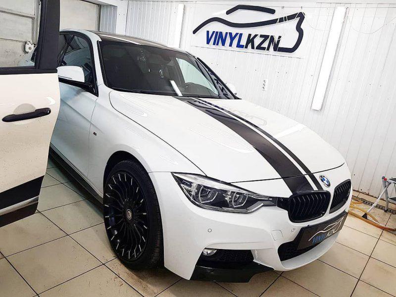BMW 3 — нанесение на кузов автомобиля черных полос, оклейка порогов