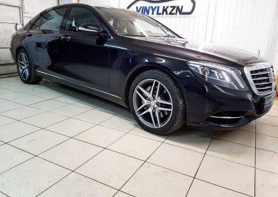 Оклейка молдингов автомобиля Mercedes S-class пленкой Oracal 970 черный глянец