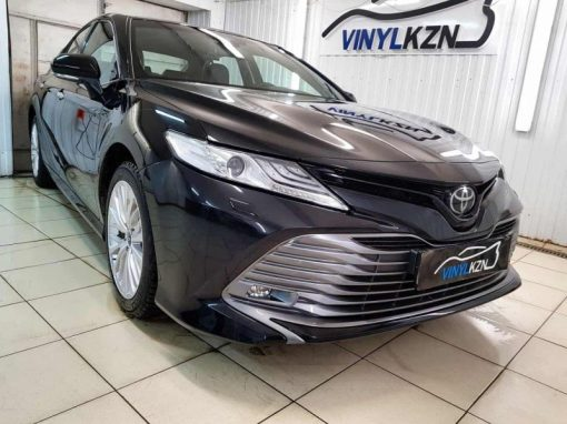 Toyota Camry — забронировали переднюю часть антигравийной пленкой и провели скрытую проводку регистратора.