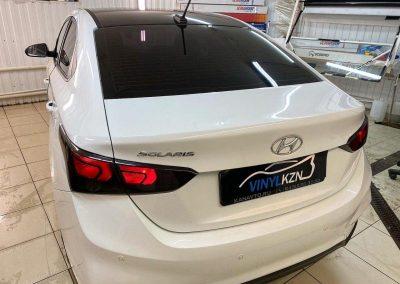 Hyundai Solaris — оклеили крышу чёрной глянцевой плёнкой премиум качества Oracal 970, затонировали задние фонари