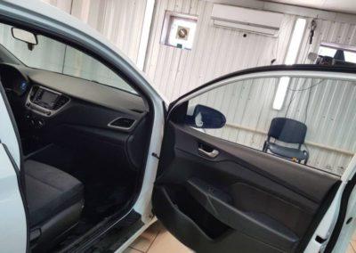 Тонировка стекол автомобиля Hyundai Solaris атермальной пленкой UltraVision Blue Cold