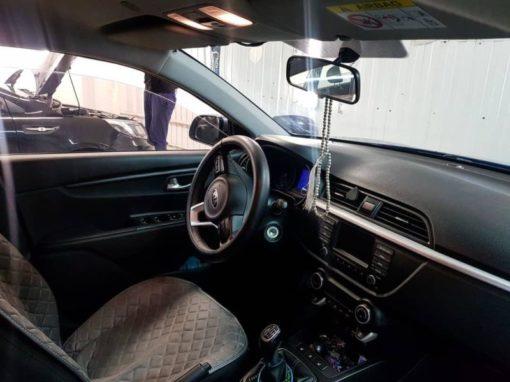 Тонировка лобового стекла автомобиля Kia Rio атермальной пленкой BlueCold