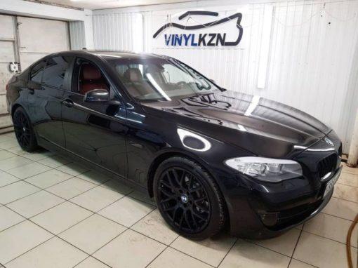 Оклеили оконные молдинги в черный мат пленкой Oracal 970 — BMW 5 серии