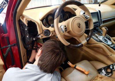 Porsche Cayenne — скрытая проводка регистратора
