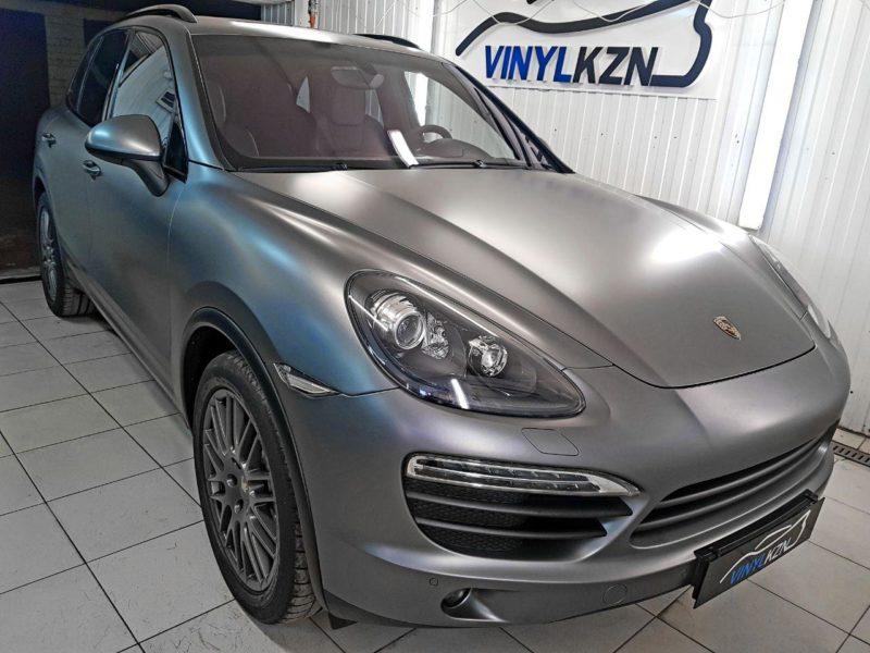 Porsche Cayenne — оклейка кузова в серый сатин, оклейка молдингов черной глянцевой пленкой, полировка и оклейка фар пленкой Stek
