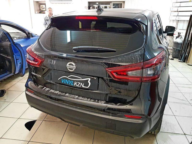 Nissan Qashqai — бронирование капота и фар, под ручками полиуретановой пленкой, тонировка стекол Llumar