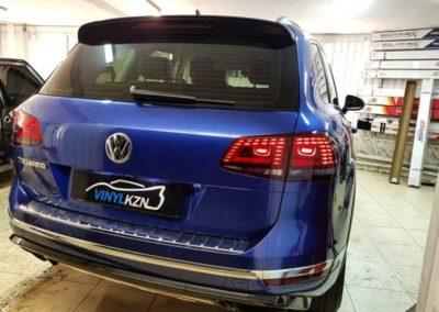 VW Touareg —  затемнили задние фонари полиуретановой пленкой Stek, передние боковые стекла затонировали пленкой ULTRAVISION SUPREME THERMO 65% затемнения