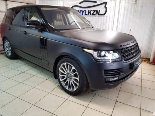 Range Rover Vogue — оклеили целиком прозрачной матовой пленкой, серые элементы по низу дверей и бамперов оклеили черной глянцевой пленкой