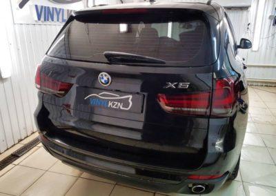 Перетонировали заднюю часть автомобиля пленкой ULTRAVISION SUPREME THERMO 95%, затемнили задние фонари виниловой пленкой с легким затемнением — BMW X5
